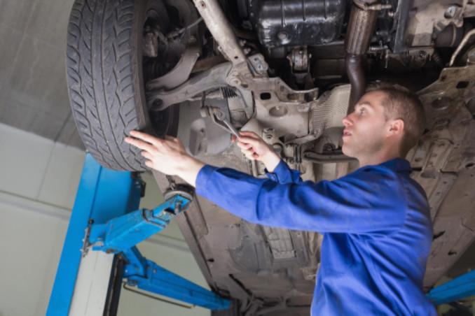 mechanic fixing car: MaxAutoPro Auto Advice blog